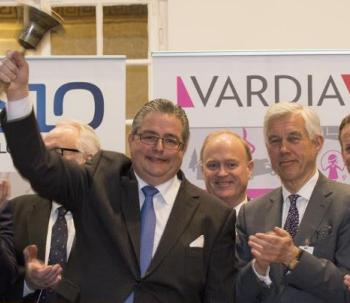 VD Ivar S. Williksen ringer i klockan och styrelseordförande Åge Korsvold applåderar